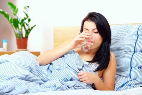 Для улучшения общего самочувствия и выведения токсинов рекомендуется больше пить.