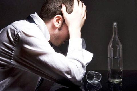 Пьяный человек с трудом контролирует свои слова и поступки