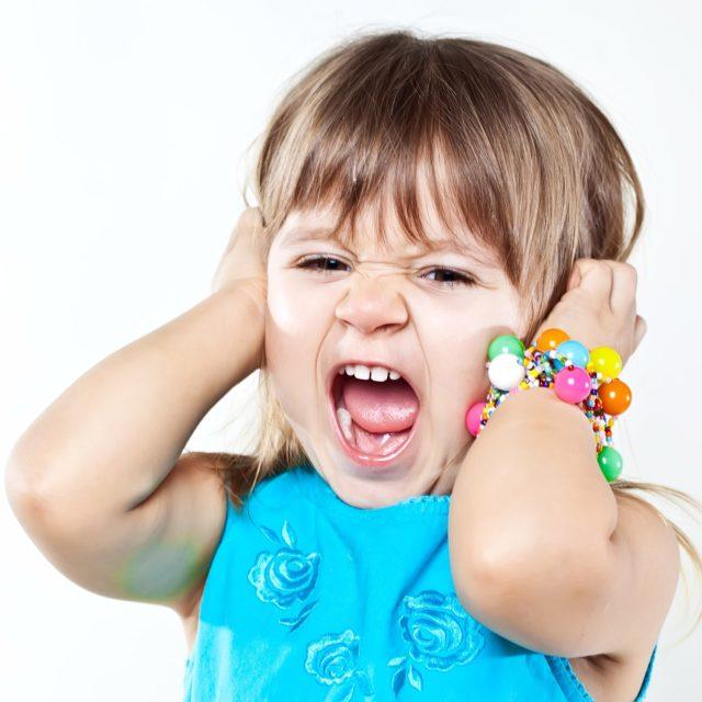 Девочка держится за голову и кричит