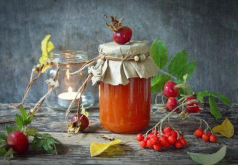 Устранить тошноту поможет ароматное варенье из красной рябины.