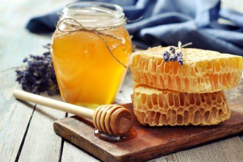 Использовать мед можно и для очищения кожи.