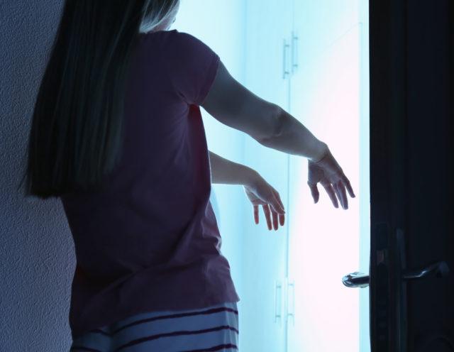 Девушка стоит с вытянутыми руками