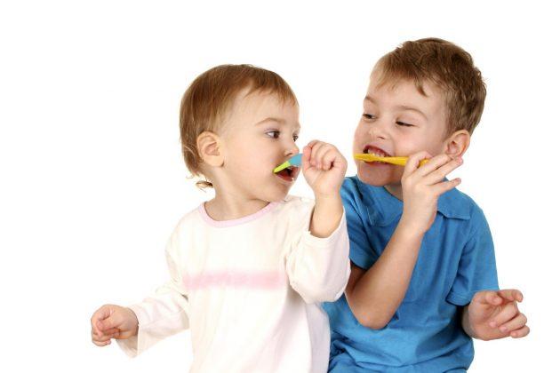 Дети чистят зубы