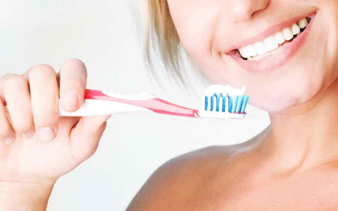 При чистке зубов использовать только щетку с мягким ворсом