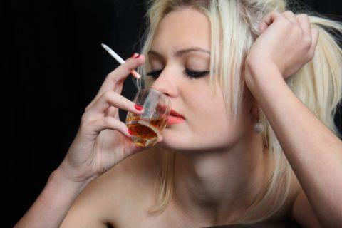 Аллкоголь и сигареты не только вредят здоровью, но и осложняют течение беременности