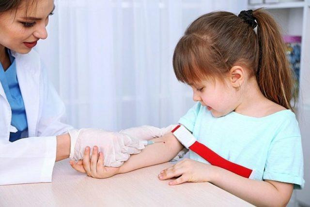 У девочки берут кровь