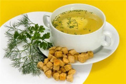 Обед в виде свежего бульона с сухариками (на фото) – отличное средство против токсикоза.