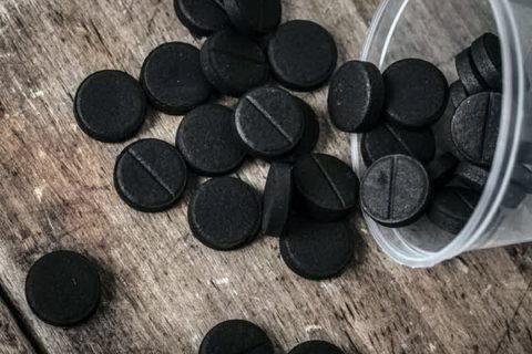 Черные таблетки активированного угля