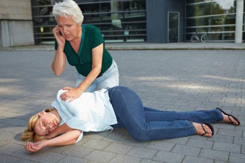 Положение «на правом боку» – самое безопасное для пострадавшего в ожидании скорой помощи