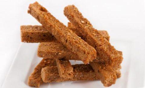 Уменьшить тошноту помогут сухарики из ржаного хлеба (на фото).