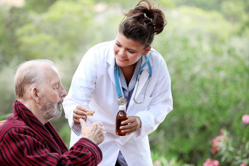 Мужчине дают лекарство