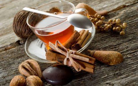 Ароматный чай с корицей поможет уменьшить болезненные ощущения.