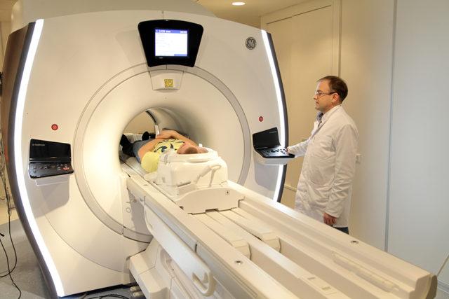 Мужчине делают МРТ
