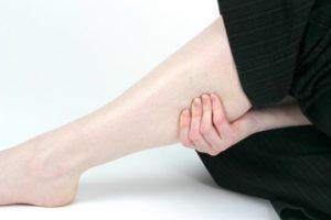 Девушка сжала ногу