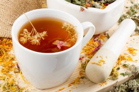 В период подготовки можно пить отвары трав, обладающих успокаивающим действием, например, чай из липы, представленный на фото.