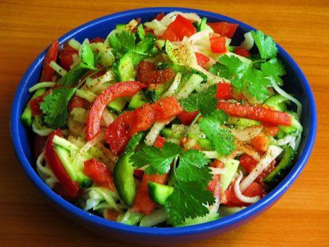 Употребление салатов из свежих овощей (на фото) – идеальный способ очистить кожу от прыщей и улучшить ее состояние в целом.