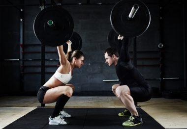 девушка и парень поднимают тяжести