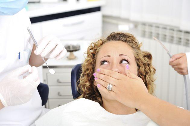 Женщина боится стоматолога
