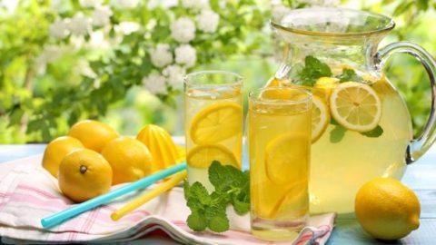 Домашний лимонад – источник витамина С и эффективное противорвотное средство.