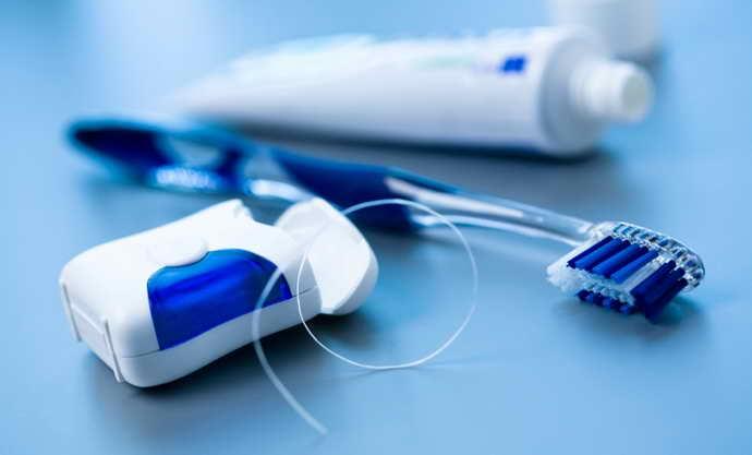 гигиена зубов с коронками из металлопластика