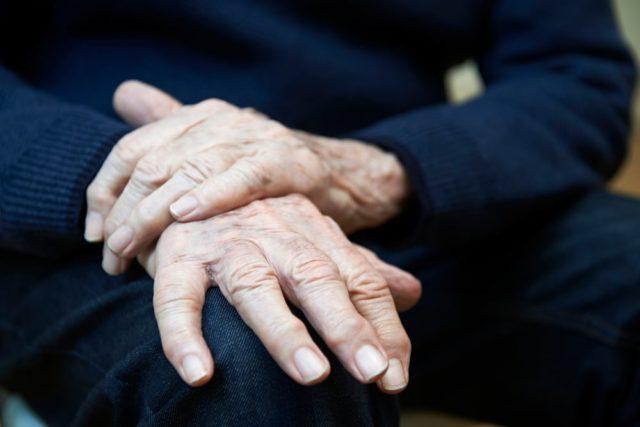 Руки на колене