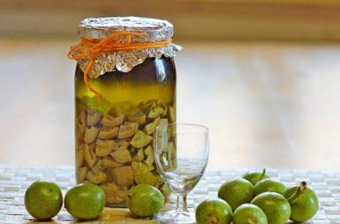 Настойка из зеленых грецких орехов – самый популярный народный рецепт