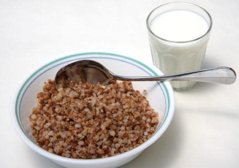 Для профилактики и очищения организма следует употреблять гречневую кашу с кефиром на завтрак.