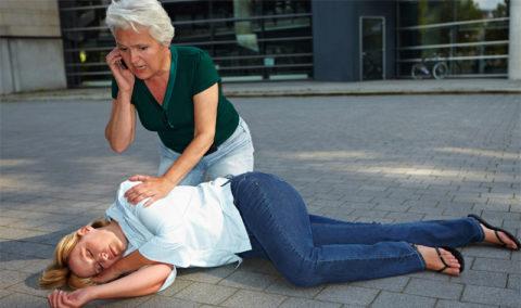 На фото девушка потерявшая сознание в результате токсического шока, ей требуется экстренная медицинская помощь.
