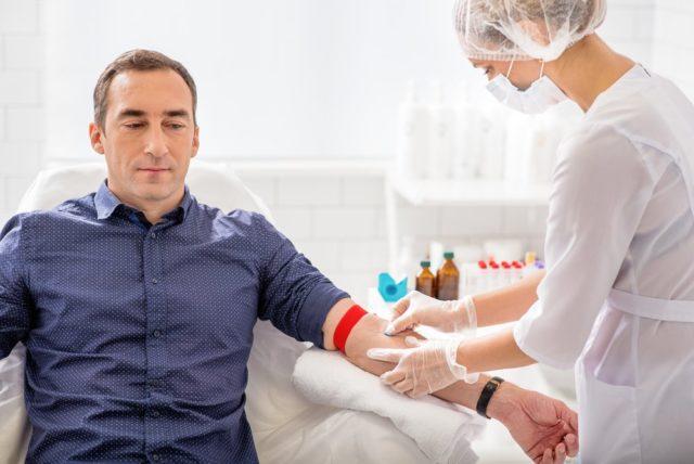 У мужчины берут кровь