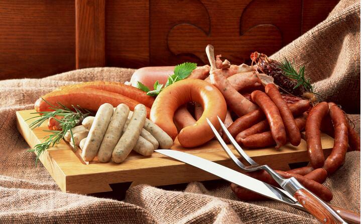 При многих заболеваниях употребление колбасных изделий запрещено