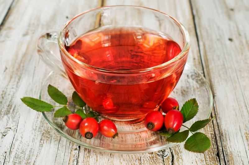 Особенно полезен чай, заваренный с лекарственными травами и растениями, например, с шиповником.