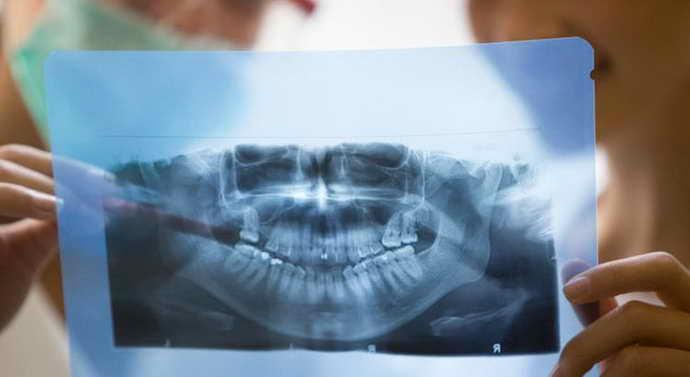 периодически посещать врача-стоматолога