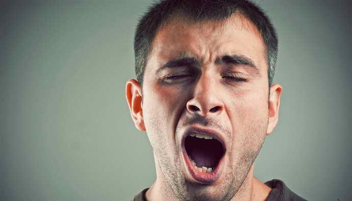 На начальной стадии, когда человек начинает открывать рот