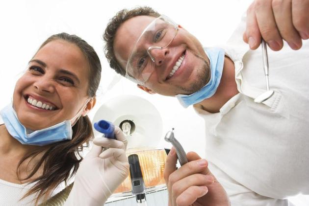 кариес между зубами лечит стоматолог