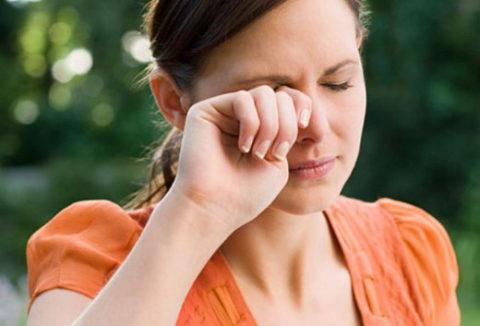 Жжение, боль, слезы и краснота – признаки воздействия хлора на слизистые оболочки глаз