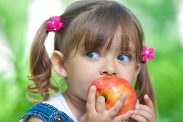 употребление твердой пищи помагает избавиться от наелта на зубах у ребенка