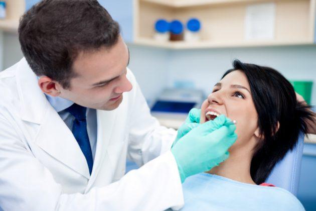 Врач принимает решение об удалении зуба мудрости