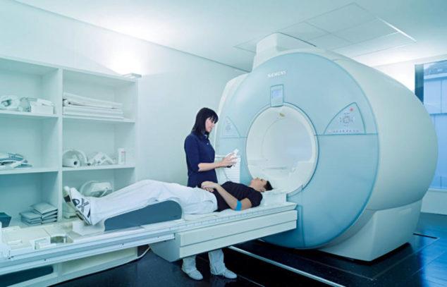 Девушке проводят МРТ