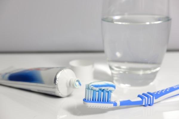Правила красивой улыбки: стоматологи рассказали, как защитить зубы от кариеса