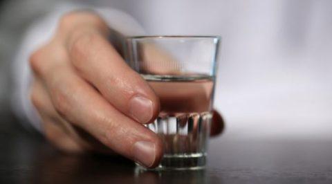 Люди в алкогольном опьянении могут случайно проглотить эссенцию вместо водки