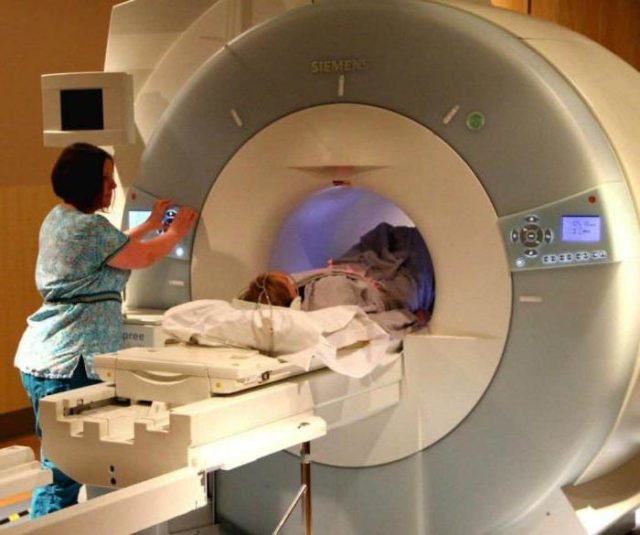 Женщине делают МРТ