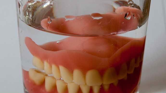 Зубные протезы на присосках в стакане