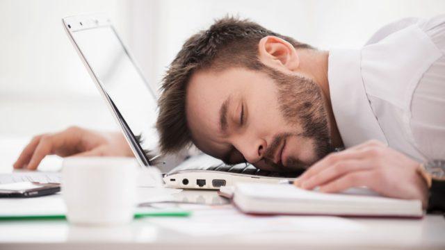 Парень спит на ноутбуке