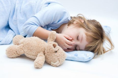 При любых непонятных симптомах у ребенка нужно вызвать врача.