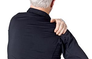 Болит плечо у мужчины