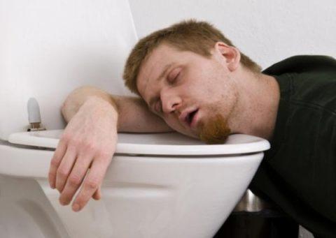 Когда пострадавший без сознания строго запрещается вызывать ему рвоту.