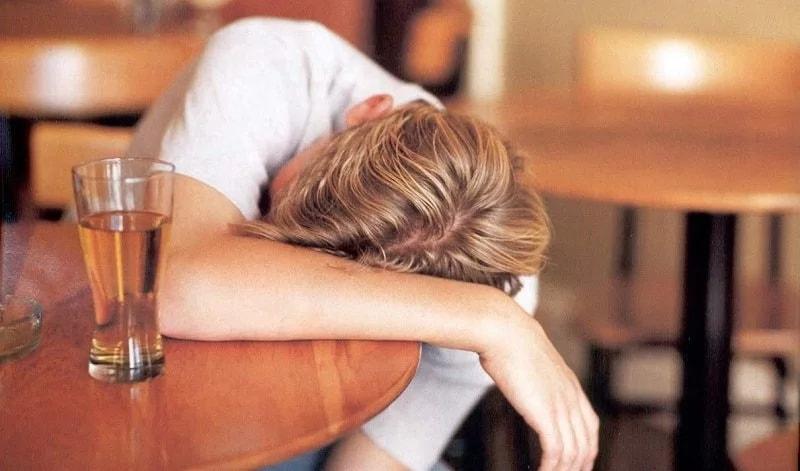 На фото человек в состоянии тяжелой степени отравления, ему незамедлительно требуется скорая помощь.