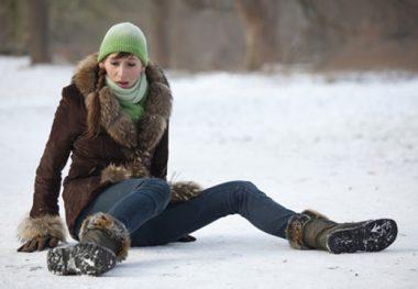 девушка упала на снегу