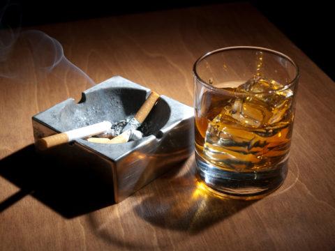 Спиртное и сигареты можно купить в любом магазине