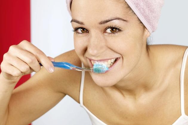 чистка зубов зубной пастой dabur red